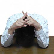 【悲報】丸山穂高さん、写真に写り込むとシールで隠されるwwwwwwwwwww