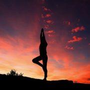 【悲報】ヨガ愛好家の女性(23)、数日間断食のうえ山に登り全裸で日の出を見ようとした結果…