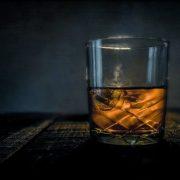 【狂気】たかし君は1日1リットルのウイスキーを飲みます。しかし医者から「これ以上飲んだら死ぬぞ」と言われています→