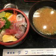 【画像】海鮮丼にはひとつだけ「戦力外」のネタが入っとる。賢いお前らならわかるよな?www