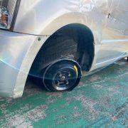 【画像】ジジイ「車で走ってたらタイヤ取れたから直して」